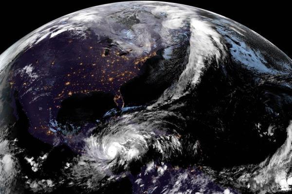Los vientos con fuerza de huracán se extienden hasta 25 millas (35 km) desde su ojo y los más débiles (con fuerza de tormenta tropical) llegan a 125 millas (205 km).