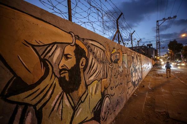 Su rostro ocupa enormes murales en Gaza y Cisjordania, su figura cientos de carteles en protestas por su liberación...